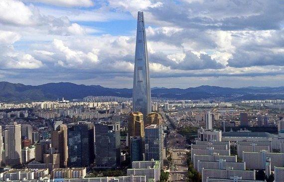 """Wikipedia Commons nuotr. // CC BY-SA 4.0/""""Lotte World Tower"""" Pietų Korėjoje"""
