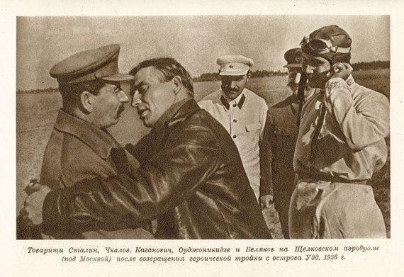 Discussionworldforum,com nuotr./Josifas Stalinas ir jį bučiuojantis lakūnas
