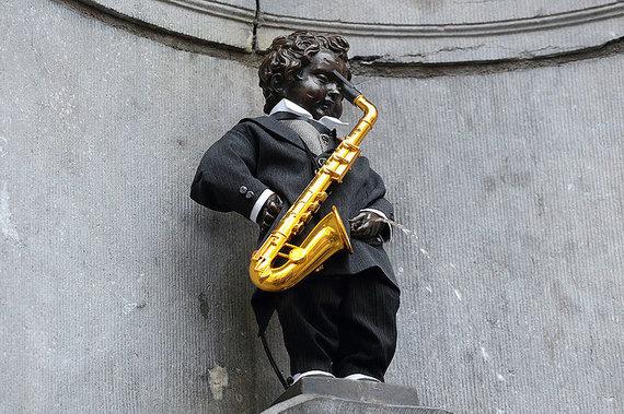 Wikipedia Commons nuotr. // CC BY-SA 4.0/Besišlapinantis berniukas, perrengtas saksofono kūrėjo gimimo metinių garbei