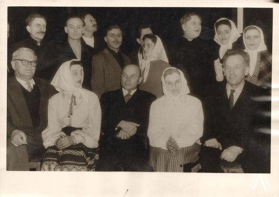 archivesofculture.com nuotr./J. Baltušis, T Tilvytis ir A. Venclova su Anykščių liaudies teatro grupe po A. Vienuolio spektaklio Prieblandoje 1962 m.