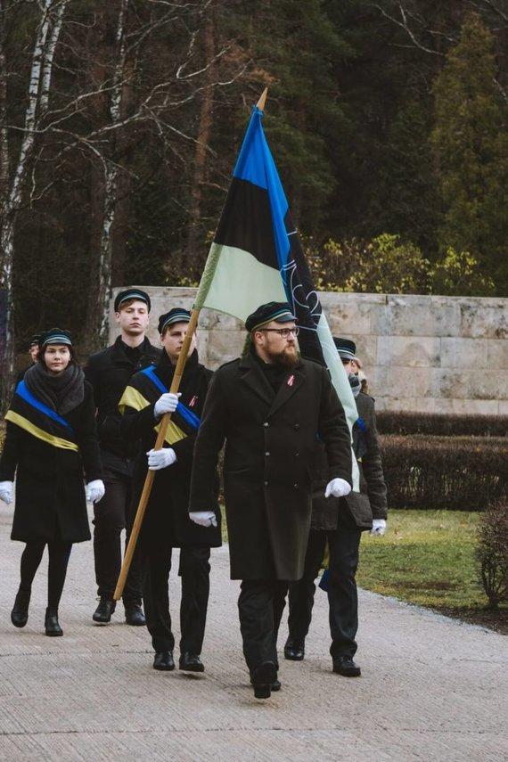 """P.A.Stepavičiaus asmeninio archyvo nuotr./VU """"Korp!Tilia"""" Latvijos 100-mečio studentų korporantų eisenoje neša savo vėliavą, ryši vėliavininkų juostas, dėvi baltas progines pirštines ir tradicines kepurėles."""