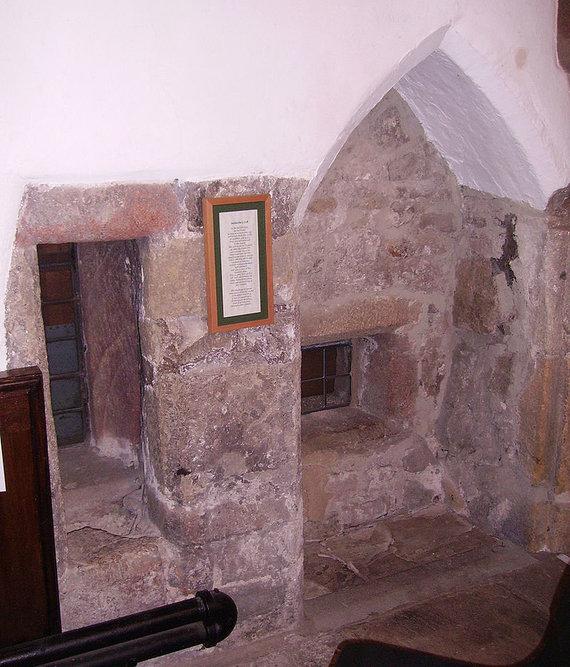 Wikimedia Commons nuotr./Anachoretės celė Jungtinėje Karalystėje iš bažnyčios vidaus