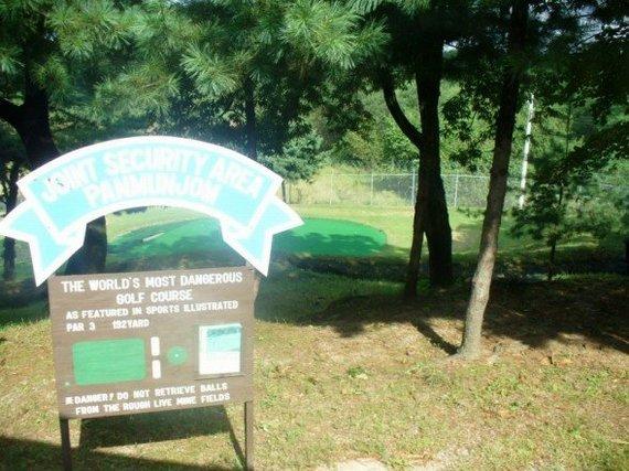 Wikimedia Commons nuotr./Įėjimas į golfo aikštyną