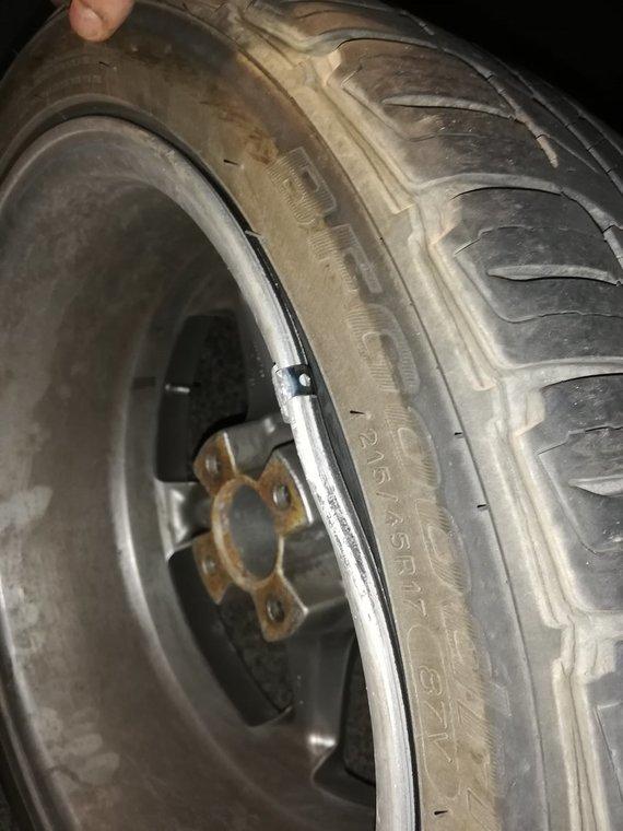Skaitytojų nuotr. /Sulamdytas ratlankis po pasivažinėjimo per duobę