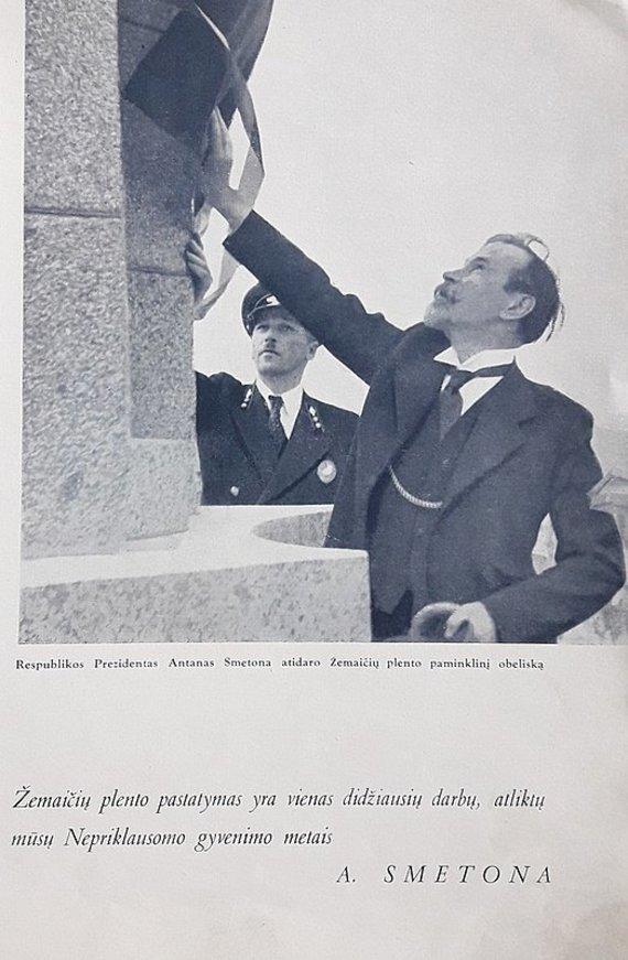 """Nuotrauka iš 1940 m. knygos """"Žemaičių plentas""""/Antanas Smetona atidaro Žemaičių plento paminklinį obeliską"""