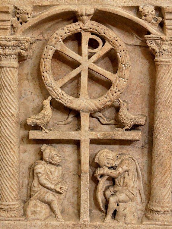 en.wikipedia.org nuotr./Kristaus simbolis virš romėnų karių, maždaug 350 m. po Kr. sukurtas kūrinys
