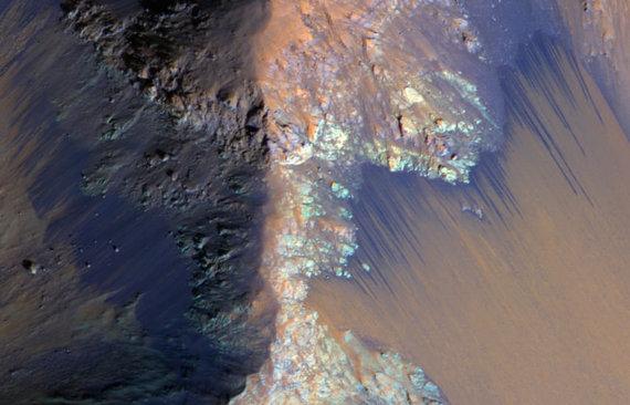 NASA nuotr./Pasikartojančios šlaitų linijos Marse