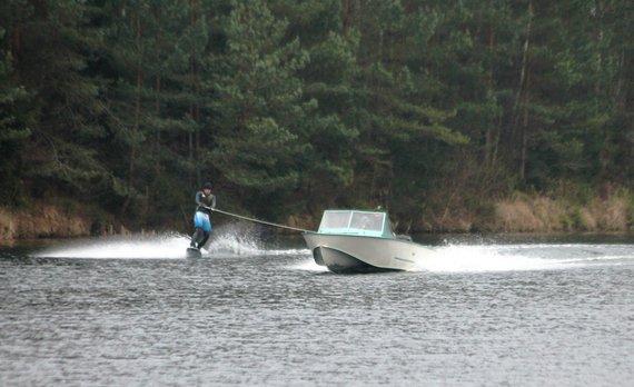 Tomo Markelevičiaus nuotr./Kalėdinis slidinėjimas ant vandens