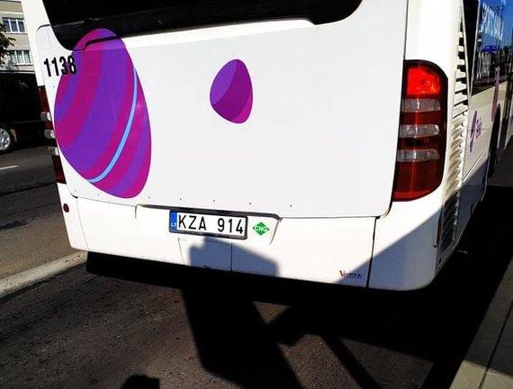 Tarpas tarp autobuso ir šaligatvio
