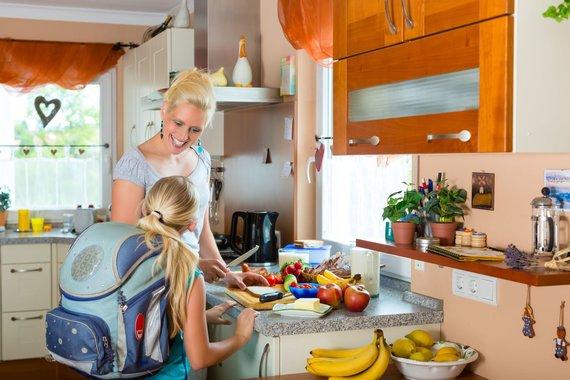 123RF.com nuotr./Mama ruošia maistą vaikams į mokyklą