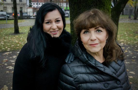 G.Navickaitės nuotr./Laidotuvių giesmininkės Aušra Gakaitė (kairėje) ir Joana Tarasevičienė