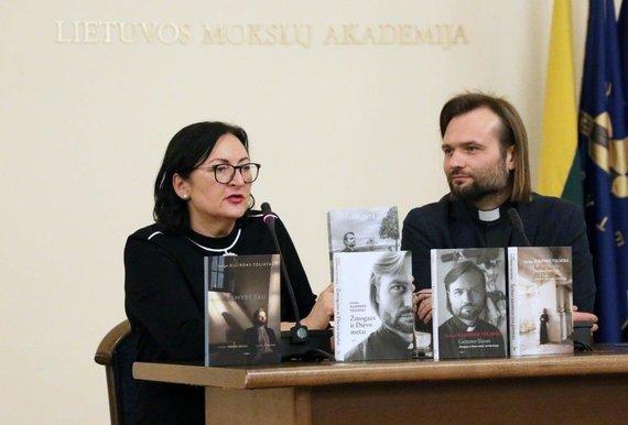 """V.Valuckienės/LMA nuotr./""""Tyto alba"""" direktorė Lolita Varanavičienė ir kunigas Algirdas Toliatas"""