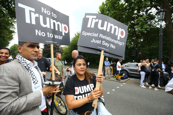 """""""Scanpix""""/""""PA Wire""""/""""Press Association Images"""" nuotr./D.Trumpą Jungtinėje Karalystėje pasitiko ir protestuotojai"""