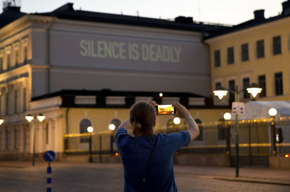 """""""Scanpix""""/AP nuotr./Protestuotojų signalas abiem prezidentams ant Suomijos prezidentūros pastato sienos"""