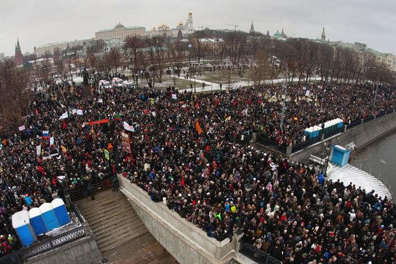 """AFP/""""Scanpix"""" nuotr./Masinė demonstracija Maskvos Bolotnajos aikštėje 2011 metais"""