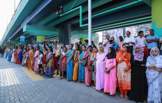 """AFP/""""Scanpix"""" nuotr./Indijos pietinėje Keralos valstijoje milijonai moterų suformavo """"gyvąją grandinę"""""""