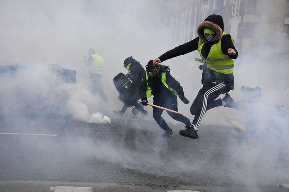 """AFP/""""Scanpix"""" nuotr./""""Geltonųjų liemenių"""" gretose – ir radikalūs riaušininkai"""