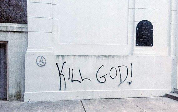 """""""Twitter"""" nuotr./Užrašas """"Nužudyk Dievą!"""" ant bažnyčios sienos Prancūzijoje"""