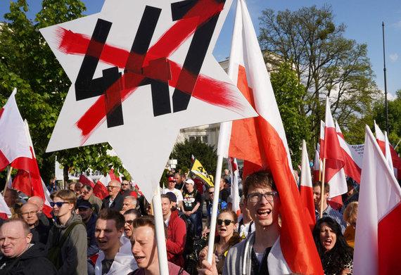 """AFP/""""Scanpix"""" nuotr./Protestas Varšuvoje prieš JAV priimtą įstatymą dėl žydų turto grąžinimo"""
