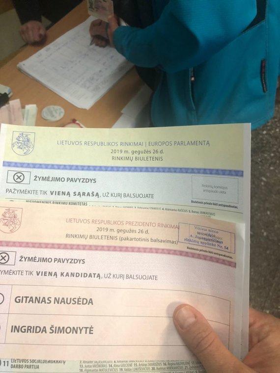 15min skaitytojo nuotr./A.Juozapavičiaus rinkimų apylinkėje rinkėjams dalinami neantspauduoti biuleteniai
