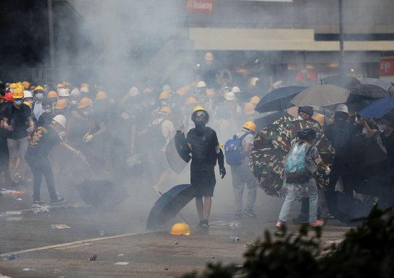 """""""Reuters""""/""""Scanpix"""" nuotr./Honkonge protestuotojai susirėmė su policija"""