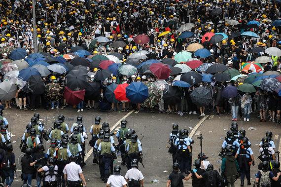 """AFP/""""Scanpix"""" nuotr./Honkonge protestuotojai susirėmė su policija"""