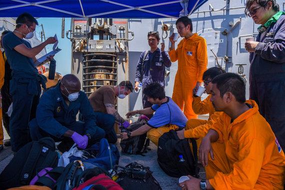 """AFP/""""Scanpix"""" nuotr./Išgelbėta tanklaivio """"Kokuka Courageous"""" įgula JAV kariniame laive"""