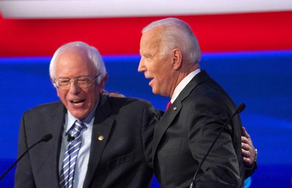 """Reuters""/""Scanpix"" nuotr./Bernie Sandersas ir Joe Bidenas per debatus"