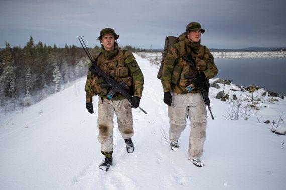 """""""Reuters""""/""""Scanpix"""" nuotr./Pasienyje patruliuojantys Norvegijos kariai"""