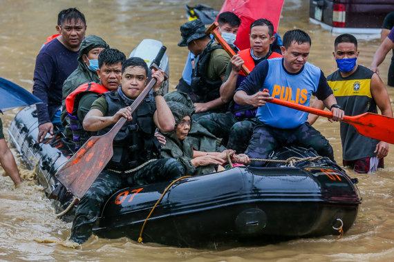 """""""Scanpix"""" nuotr./Filipinuose siaučiantis taifūnas Vamco sukėlė didelius potvynius sostinėje Maniloje"""