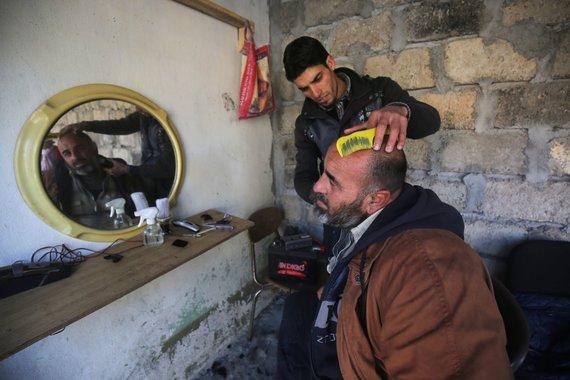 """AFP/""""Scanpix"""" nuotr./Sutriuškinus IS, Mosulo vyrai suskubo į kirpyklas"""