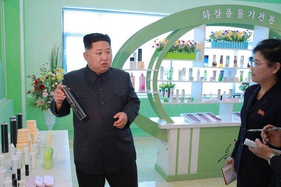 """AFP/""""Scanpix"""" nuotr./Kim Jong Unas su žmona ir seserimi apsilankė kosmetikos gamykloje"""