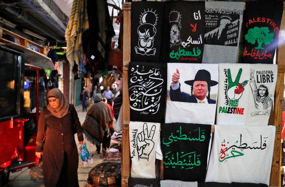 """AFP/""""Scanpix"""" nuotr./Jeruzalėje parduodami marškinėliai – ir garbinantys D.Trumpą, ir rodantys paramą palestiniečiams"""