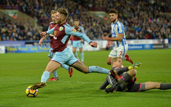 """""""Reuters""""/""""Scanpix"""" nuotr./""""Huddersfield Town"""" vartininkas kliudė Jeffo Hendricko koją baudos aikštelėje"""