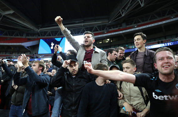 """""""Scanpix""""/""""PA Wire""""/""""Press Association Images"""" nuotr./""""West Ham Utd"""" sirgaliai triumfuoja po pergalės prieš """"Spurs"""" spalį"""