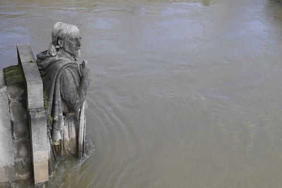 """""""Scanpix""""/""""SIPA"""" nuotr./Kario Zuavo statula Senoje nuo seno naudojama nustatyti vandens lygį upėje"""