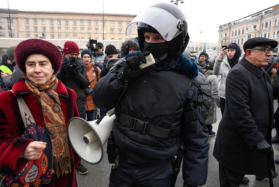 """AFP/""""Scanpix"""" nuotr./Policija ragino maskviečius skirstytis"""