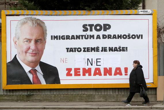 """""""Reuters""""/""""Scanpix"""" nuotr./""""Stop imigracijai ir Drahošui. Čia mūsų žemė!"""" – skelbiama M.Zemano rinkiminiame plakate"""