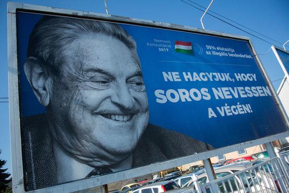 """AFP/""""Scanpix"""" nuotr./Plakatas su G.Soroso nuotrauka Vengrijoje"""