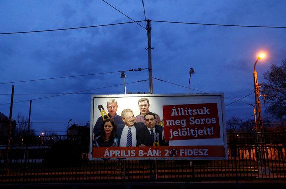 """""""Reuters""""/""""Scanpix"""" nuotr./Plakate G.Sorosas vaizduojamas kartu su Vengrijos opozicijos lyderiais"""
