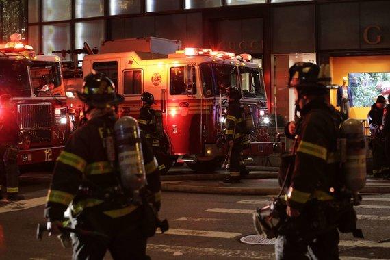 """AFP / """"Scanpix"""" nuotr. / Per gaisrą dangoraižyje """"Trump Tower"""" žuvo žmogus"""