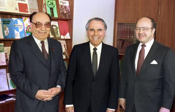 """""""Scanpix"""" nuotr./Aleksandras Jakovlevas (kairėje) su amerikiečiais Charlesu Wicku ir Jacku Matlocku"""
