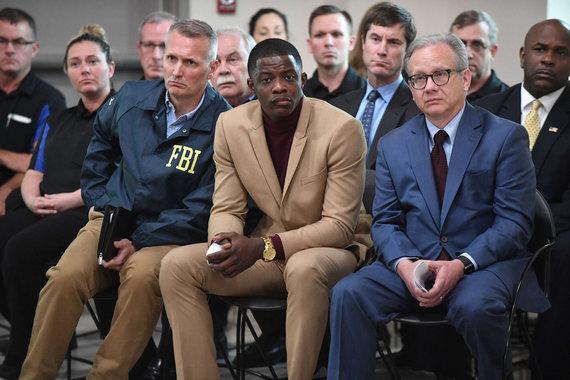 """AFP/""""Scanpix"""" nuotr./Travisą Reinkingą sustabdė Jamesas Shaw (viduryje)"""