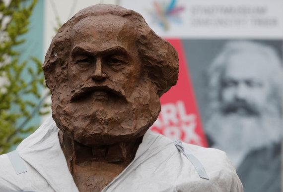 """Reuters""/""Scanpix"" nuotr./Karlo Marxo statula jo gimtajame Tryro mieste"