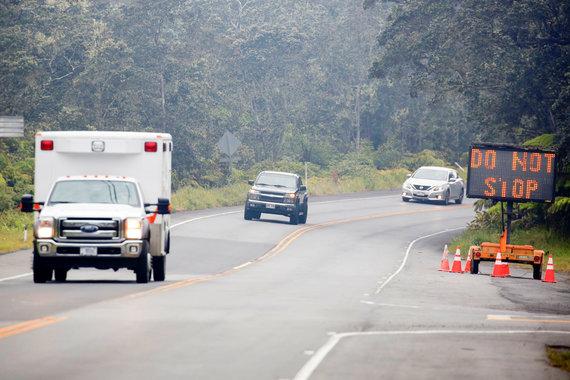"""""""Reuters""""/""""Scanpix"""" nuotr./Havajuose veržiantis ugnikalniui požeminiai smūgiai apgadino kelius"""