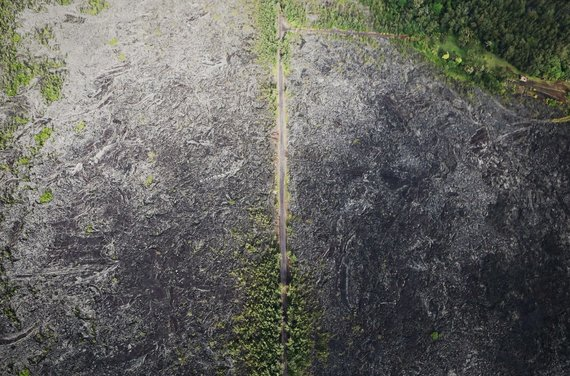 """AFP/""""Scanpix"""" nuotr./Havajuose veržiantis ugnikalniui požeminiai smūgiai apgadino kelius"""