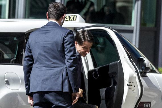 """""""Scanpix""""/""""SIPA"""" nuotr./Giuseppe Conte į susitikimą su prezidentu atvyko taksi"""