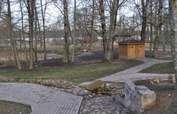 Rokiškio turizmo informacijos centro nuotr./Poilsiavietė Obelių parke