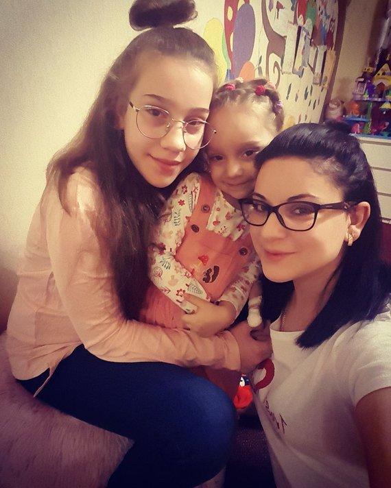 Asmeninio albumo nuotr./Adriana su mama ir sesute