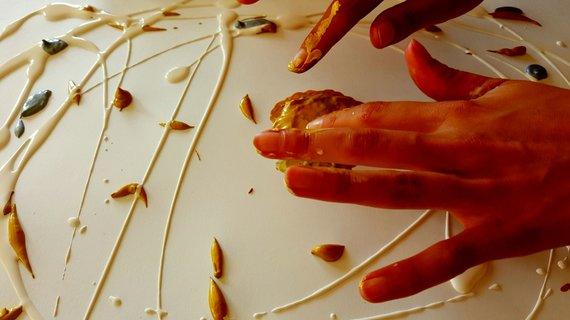 Asmeninio archyvo nuotr./Marijos Mendelės-Leliugienės meno terapija: piešimas rankomis